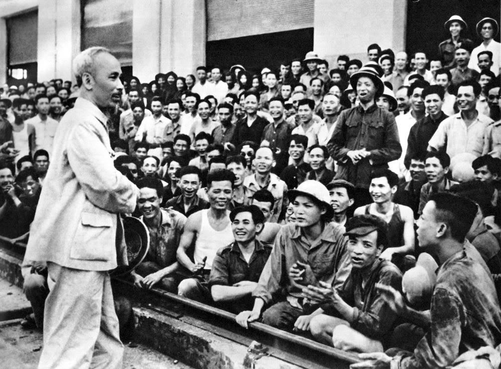 Đến thăm nhà máy xe lửa Gia Lâm, Người nhắc nhở công nhân, cán bộ phát huy truyền thống cách mạng của nhà máy, ra sức xây dựng miền Bắc, ủng hộ miền Nam.