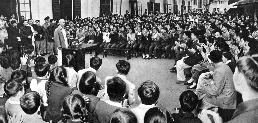 Hồ Chủ tịch thăm trường trung học Trung Hoà của Hoa Kiều ở Hà Nội.