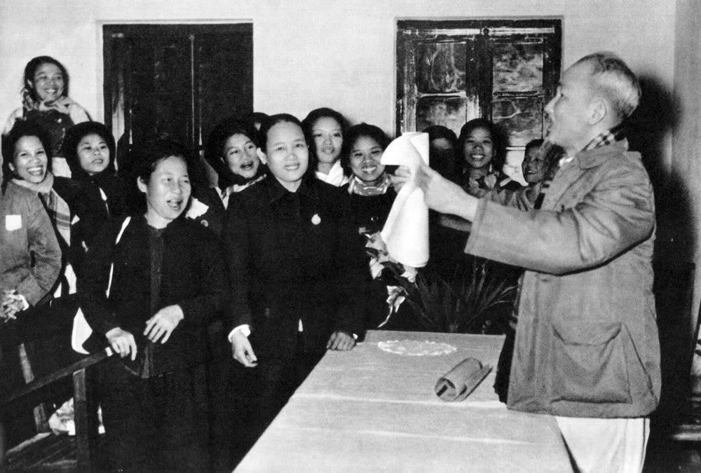 """Hồ Chủ tịch rất quan tâm đến việc giải phóng phụ nữ. Năm 1956, Người căn dặn các cán bộ phụ nữ toàn miền Bắc """"đoàn kết chặt chẽ, ra sức tham gia xây dựng chủ nghĩa xã hội ở miền bắc, đấu tranh thống nhất nước nhà và giữ gìn hoà bình thế giới""""."""