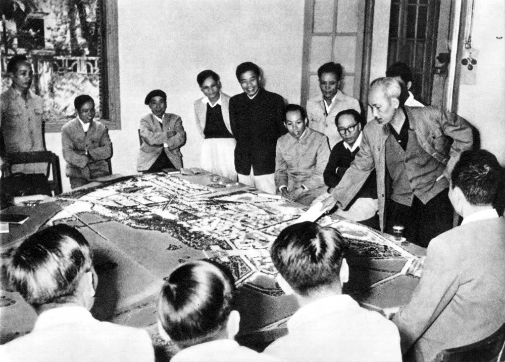 Xem hình mẫu xây dựng thủ đô Hà Nội, Người dặn dò về vấn đề nhà ở của nhân dân lao động (1959).
