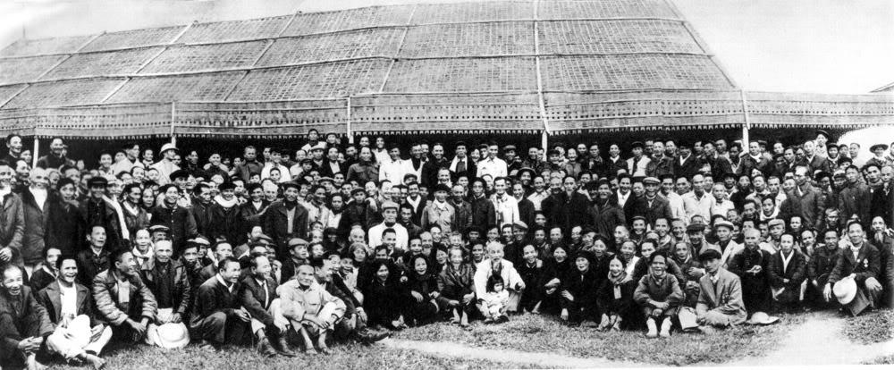 Ngày 9/12/1961, về thăm quê nhà lần thứ hai, Người chụp ảnh với các chiến sĩ phong trào Xô viết Nghệ Tĩnh 1930 - 1931.