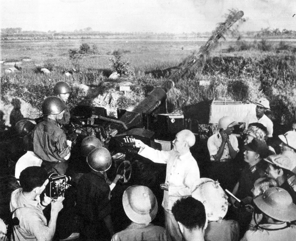 Người đến thăm các chiến sĩ của lực lượng phòng không bảo vệ Hà Nội (1966).