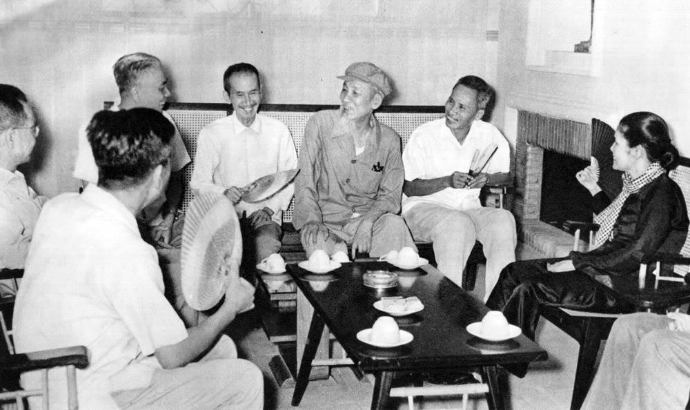 Hồ Chủ tịch và Thủ tướng Phạm Văn Đồng đến thăm đoàn đại biểu đặc biệt Cộng hoà miền Nam Việt Nam tại Hà Nội (12/6/1969).