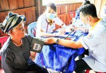 Các bác sĩ tình nguyện khám bệnh cho người dân tỉnh Attapeu.