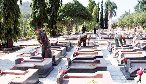 images5338177 NT2 - Đoàn viên lực lượng vũ trang tỉnh làm vệ sinh nghĩa trang liệt sĩ Hòn Dung