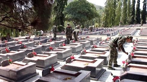 images5338179 nt - Đoàn viên lực lượng vũ trang tỉnh làm vệ sinh nghĩa trang liệt sĩ Hòn Dung