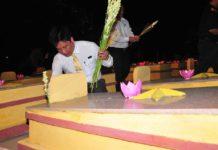 Các đại biểu thắp hương tại phần mộ các Liệt sĩ