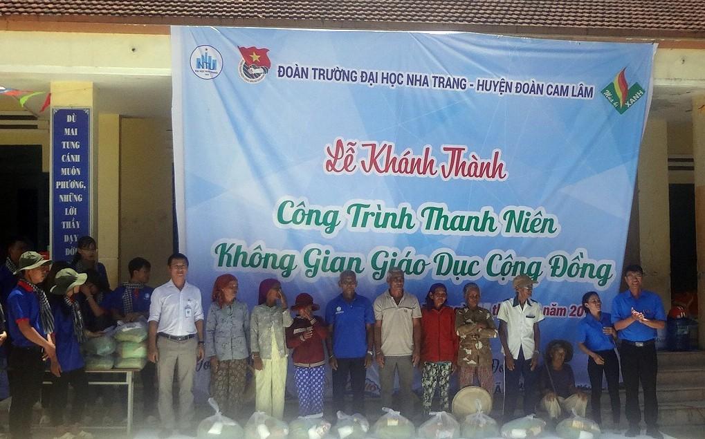 Tặng quà dinh đình khó khăn tình nguyện hè 2018
