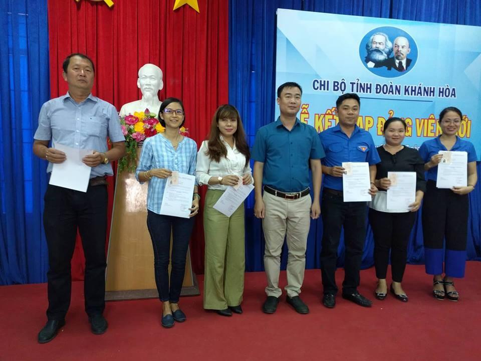 Chi bộ Cơ quan Tỉnh đoàn kết nạp 01 đảng viên mới, trao quyết định chuyển đảng chính thức cho 4 đồng chí và trao thẻ đảng viên cho 7 đồng chí