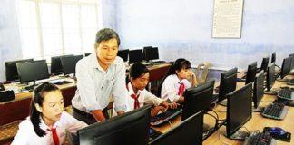 Thầy Min trong giờ dạy môn Tin học.
