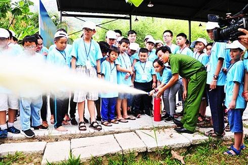 Học thao tác sử dụng bình chữa cháy tại trại hè thiếu nhi.