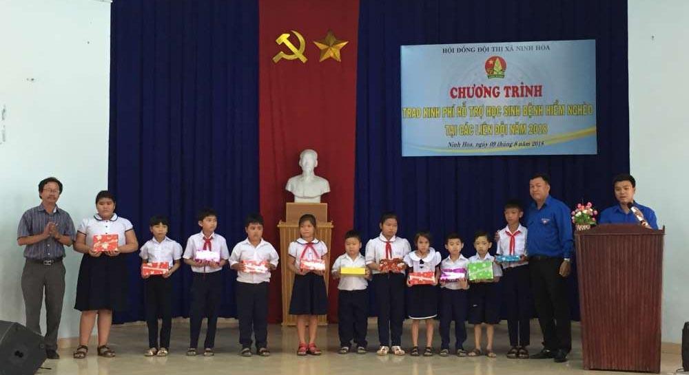 lanh-dao-trao-kinh-phi-cho-cac-em NINH HÒA: Trao 133 triệu đồng hỗ trợ học sinh bệnh hiểm nghèo