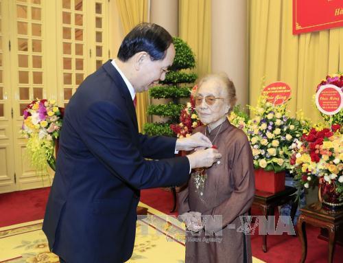ctn tran dai quang tao huy hieu cho dong chi nguyen thi binh  15375180627182141242766 - Hình ảnh Chủ tịch nước Trần Đại Quang trong những sự kiện nổi bật