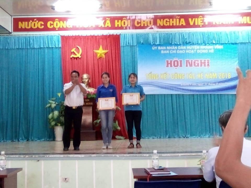 Đ/c Mấu Văn Phi  - Phó Chủ tịch UBND huyện Khánh Vĩnh, Trưởng Ban Chỉ đạo hè Huyện trao giấy khen cho các tập thể có thành tích xuất sắc trong công tác hè năm 2018