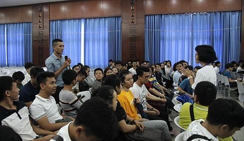 Sinh viên đặt câu hỏi với ban tổ chức chương trình.