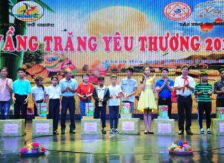 Đồng chí Nguyễn Tấn Tuân trao quà trung thu cho các thiếu nhi