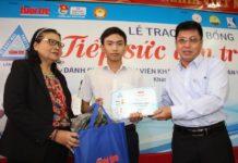Mai Văn Thiên (giữa) tại Lễ trao học bổng Tiếp sức đến trường của Báo Tuổi trẻ ngày 4/9/2018