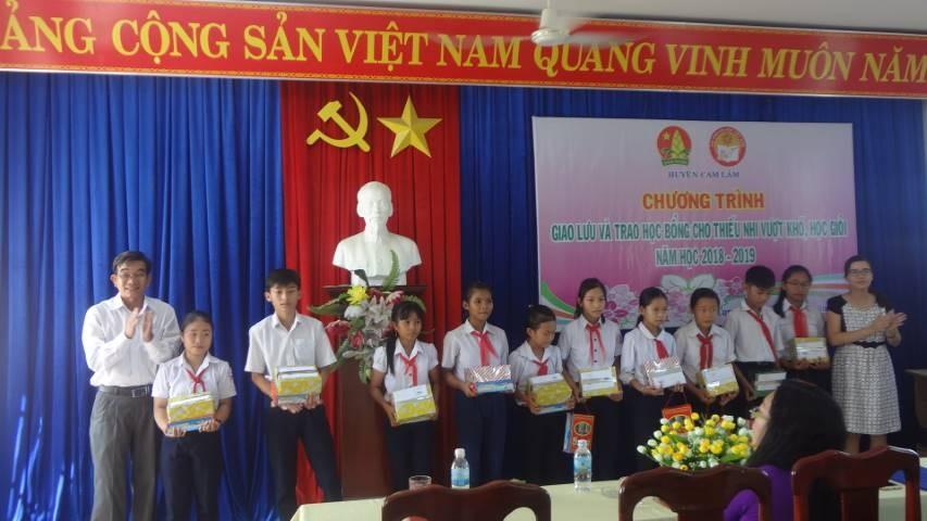 8 1 - CAM LÂM: Trao 62 suất học bổng cho học sinh nghèo học giỏi