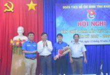 Các đồng chí lãnh đạo tặng hoa chúc mừng đồng chí Bùi Hoài Nam được bầu giữ chức vụ Bí thư Tỉnh đoàn.