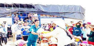 Anh Nguyễn Văn Ly trao quà cứu trợ cho người dân bị thiệt hại do cơn bão số 12.