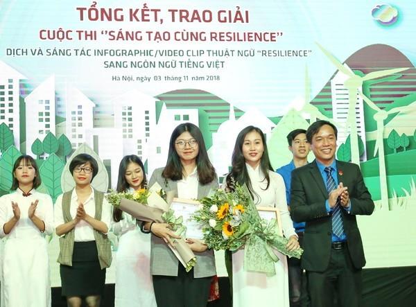 """131857137530387986 8317 GiaiPhongtrao - Trao hai giải Nhất cuộc thi """"Sáng tạo cùng Resilience"""""""