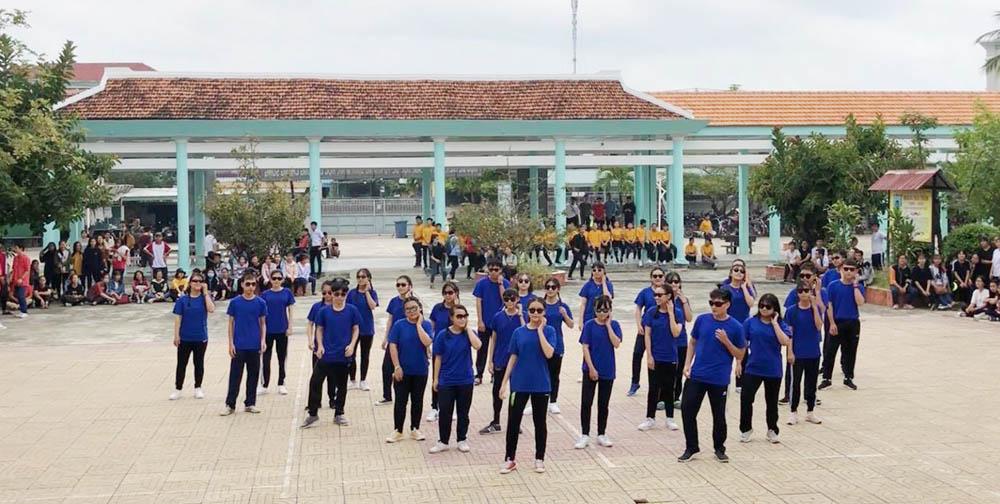 """DIÊN KHÁNH: Đoàn Trường THPT Hoàng Hoa Thám tổ chức ngày hội """"Khi tôi 18"""" và nhảy dân vũ, đồng diễn flashmob 1"""