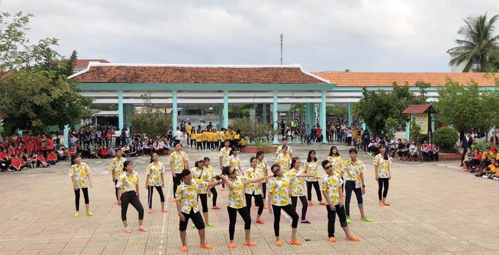 """DIÊN KHÁNH: Đoàn Trường THPT Hoàng Hoa Thám tổ chức ngày hội """"Khi tôi 18"""" và nhảy dân vũ, đồng diễn flashmob 2"""