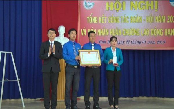 Đồng chí Nguyễn Thanh Hà – Thị ủy viên, Phó Chủ tịch UBND, Chủ tịch Hội LHTN Việt Nam thị xã trao Huân chương lao động hạng Ba cho Thị Đoàn Ninh Hòa