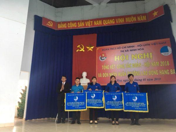 Đồng chí Nguyễn Thanh Hà – Thị ủy viên, Phó Chủ tịch UBND thị xã, Chủ tịch Hội LHTN Việt Nam thị xã trao cờ dẫn đầu khối thi đua cho cơ sở Hội.
