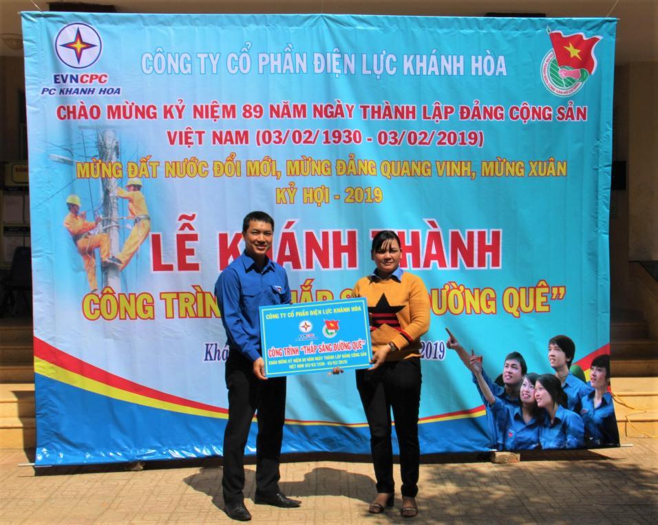 Ông Thiều Châu Toàn - Bí thư Đoàn Thanh niên PC Khánh Hòa trao biển công trình cho Huyện Đoàn Khánh Sơn tại lễ khánh thành