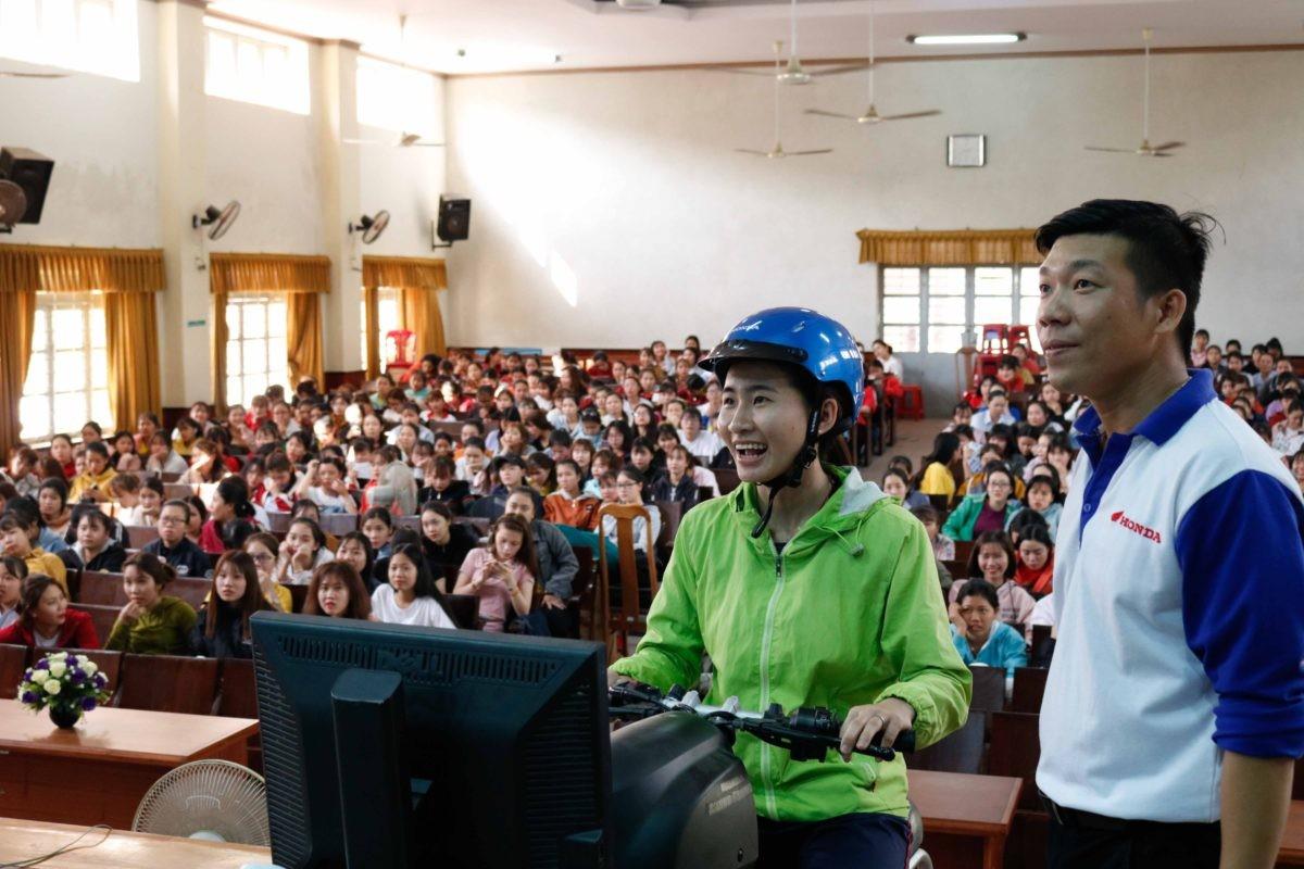 Các đoàn viên, thanh niên thực hành xử lý các tình huống khi tham gia giao thông trên máy