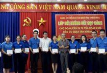 Đ/c Phan Hồng Thái - Phó Bí thư Thường trực Đảng ủy Khối trao giấy chứng nhận cho các học viên xuất sắc.
