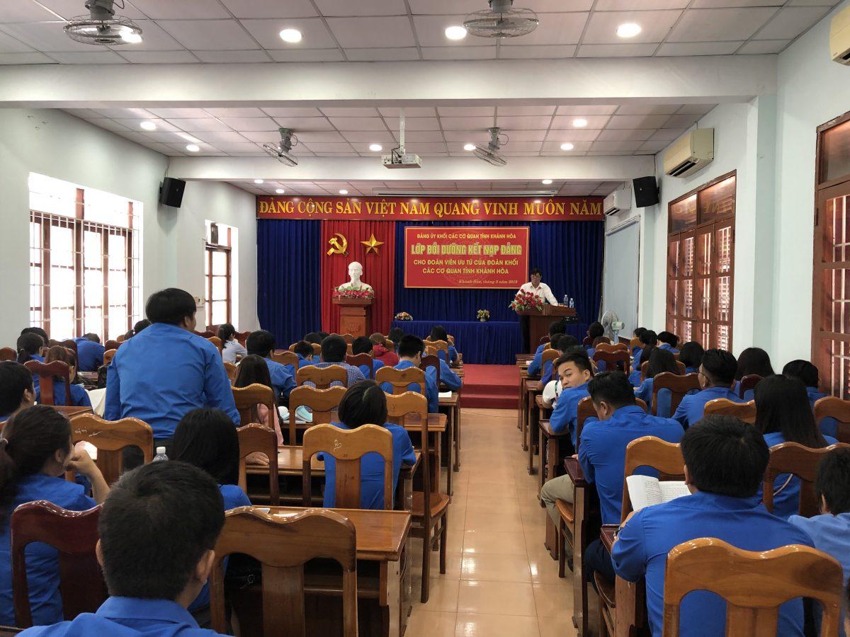 Đ/c Lương Kiên Định - Bí thư Đảng ủy Khối báo cáo chuyên đề học tập và làm theo tư tưởng, đạo đức, phong cách Hồ Chí Minh.