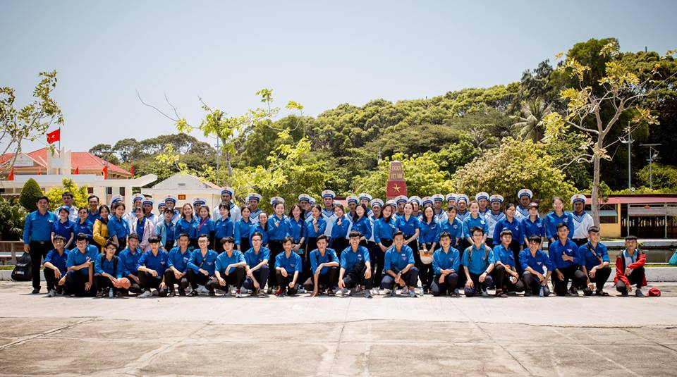 Các em học sinh giao lưu cùng các chiến sĩ hải quân