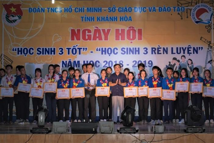 Trao tặng bằng khen cho các em học sinh dược tuyên dương