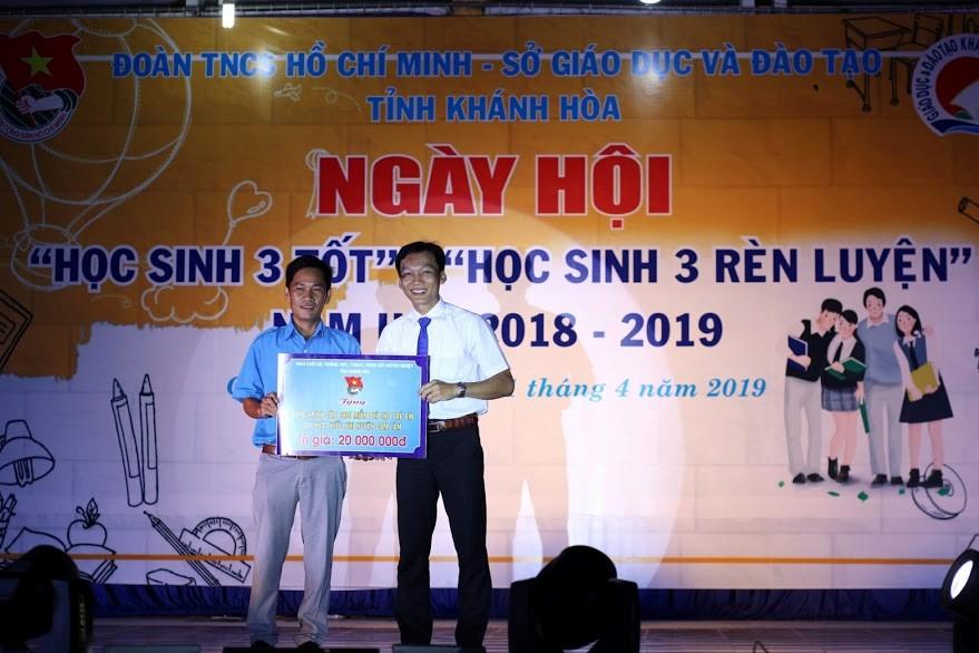 Trao tặng kinh phí thực hiện công trình thanh niên cho Nhà thiếu nhi huyện Cam Lâm