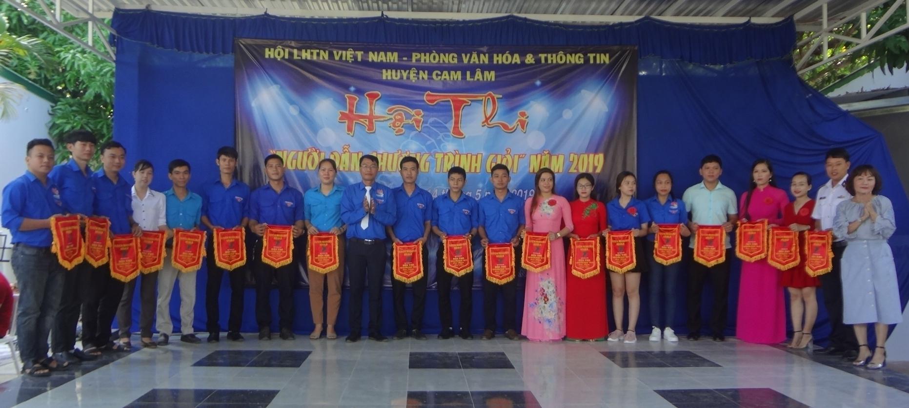 Anh Lê Thanh Văn – Phó Chủ tịch Hội LHTN Việt Nam huyện Cam Lâm và bà Mai Thị Thu Trang – Trưởng Phòng Văn hóa & Thông tin huyện trao cờ lưu niệm cho các đơn vị.
