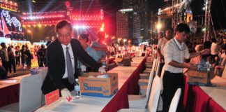 Ông Nguyễn Đắc Tài cùng lãnh đạo Tỉnh đoàn thu gom vỏ chai nhựa