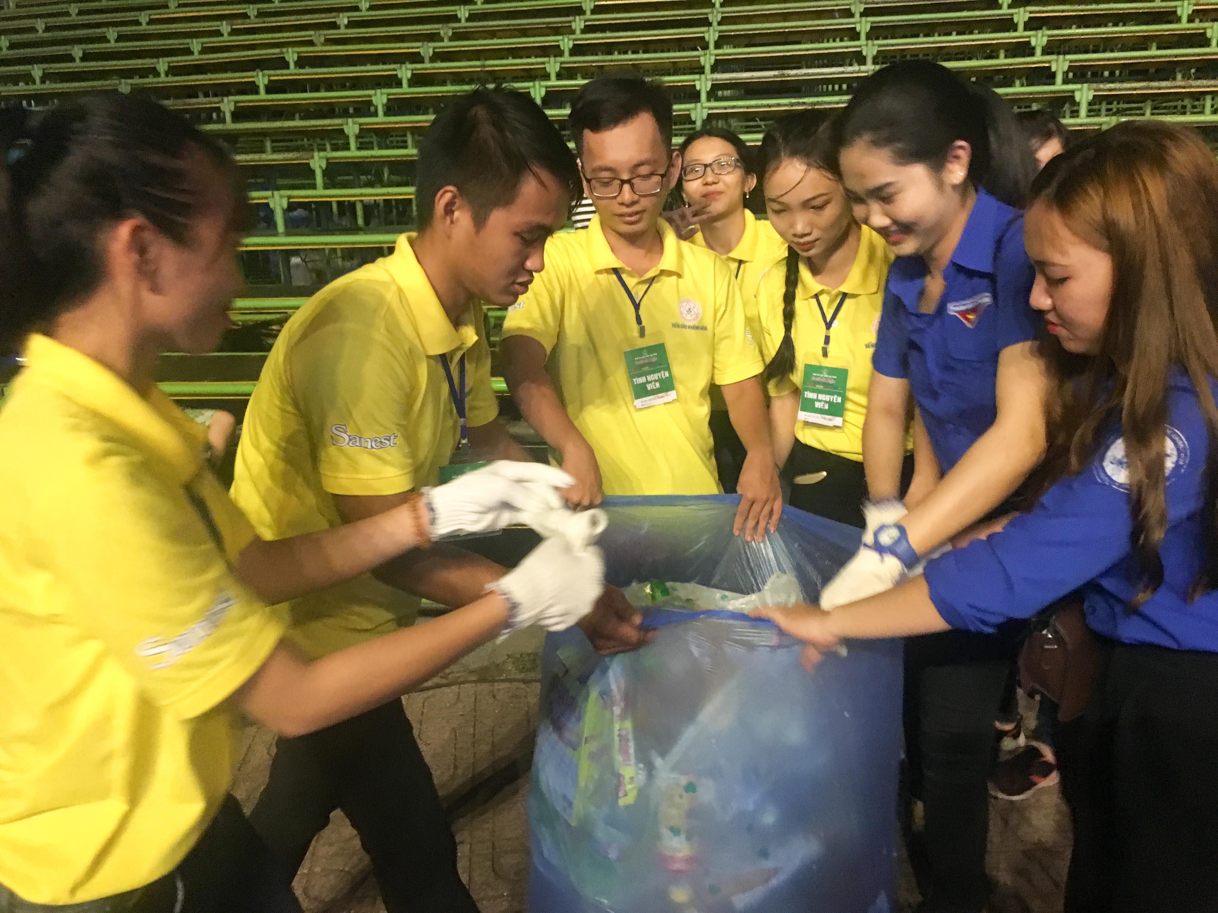 Nhiều đoàn viên, thanh niên tham gia thu gom rác sau đêm khai mạc Festival Biển