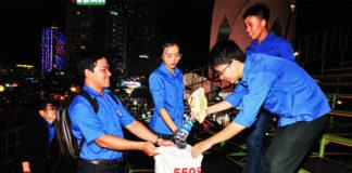 Các đoàn viên, thanh niên nhặt rác ở khu vực sân khấu sau các đêm hội.