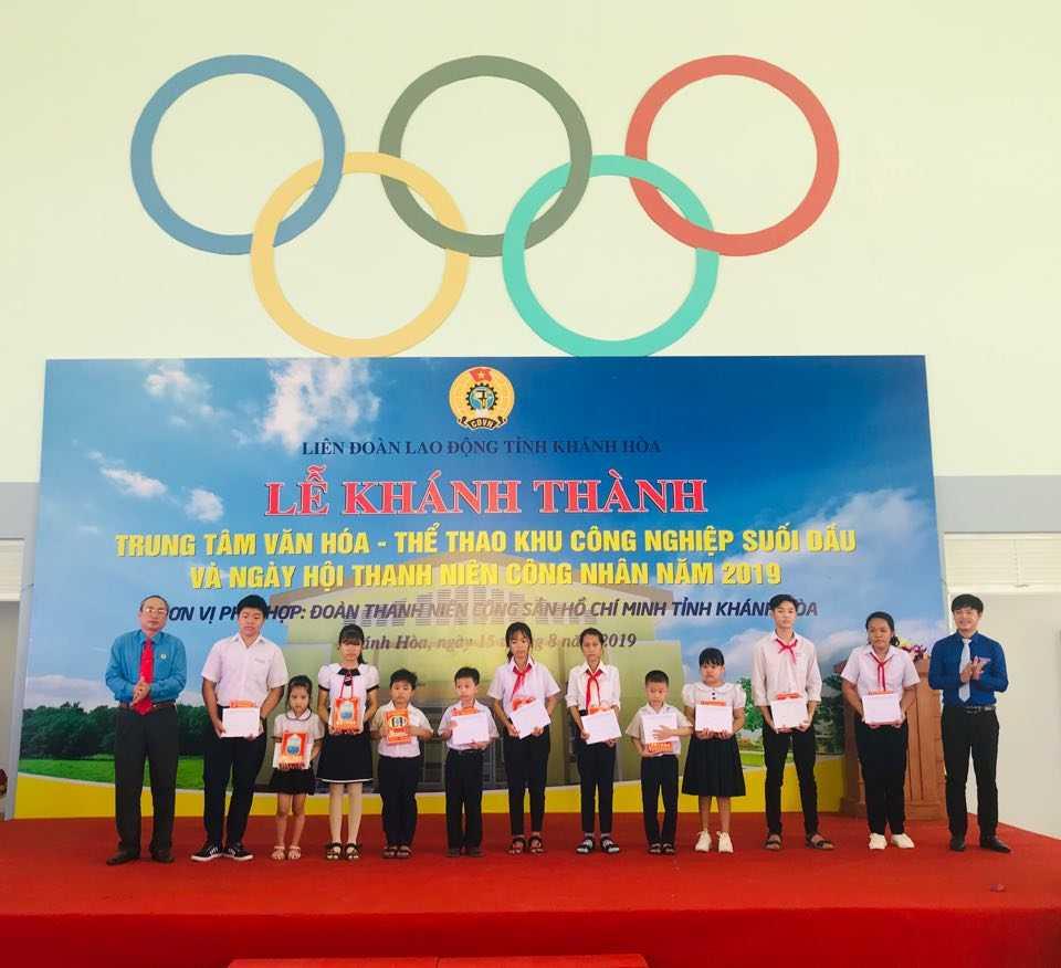 Tỉnh đoàn trao tặng học bổng cho con em thanh niên công nhân