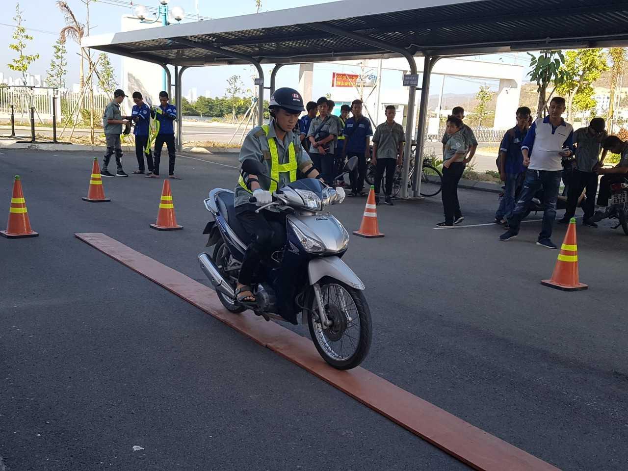 Các bạn học sinh, sinh viên thực hành lái xe an toàn