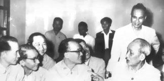 Quan điểm của Chủ tịch Hồ Chí Minh, dùng người tài không đúng, công việc sẽ không chạy, làm thui chột nhân tài và có hại cho Đảng. Trong ảnh: Bác Hồ trò chuyện với các trí thức / Ảnh tư liệu.