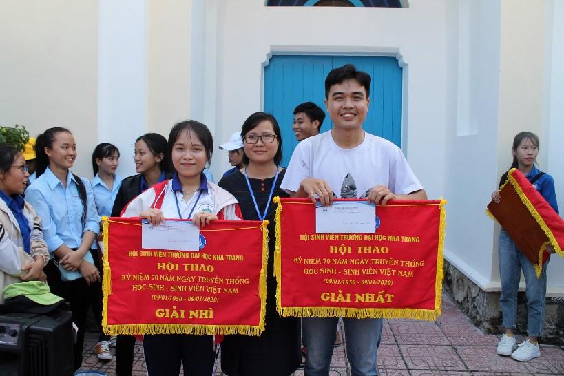 Đồng chí Huỳnh Phương Duyên – Chủ tịch Hội sinh viên trao giải Nhất toàn đoàn cho khoa Du lịch và giải Nhì cho Khoa Ngoại Ngữ