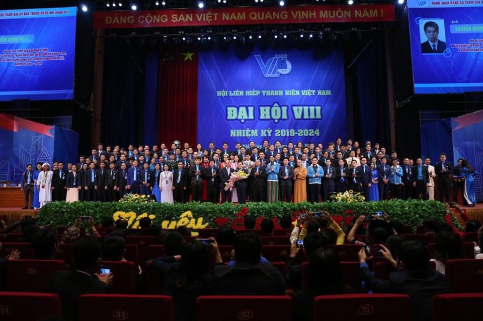 Thủ tướng Chính phủ Nguyễn Xuân Phúc tặng hoa chúc mừng 137 anh, chị tham gia Ủy ban Trung ương Hội LHTN Việt Nam khóa VIII