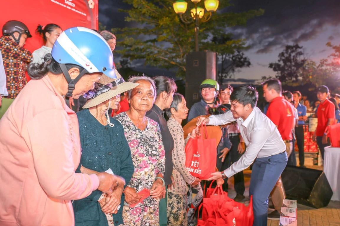 Đ/c Bùi Hoài Nam – Bí thư Tỉnh đoàn trao quà tết cho bà con tại huyện Vạn Ninh