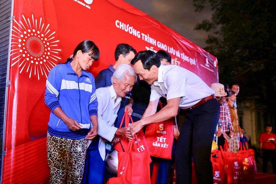Đ/c Trương Tấn Hùng – Phó Bí thư thường trực Tỉnh đoàn trao quà tết cho bà con nhân dân tại huyện Khánh Vĩnh