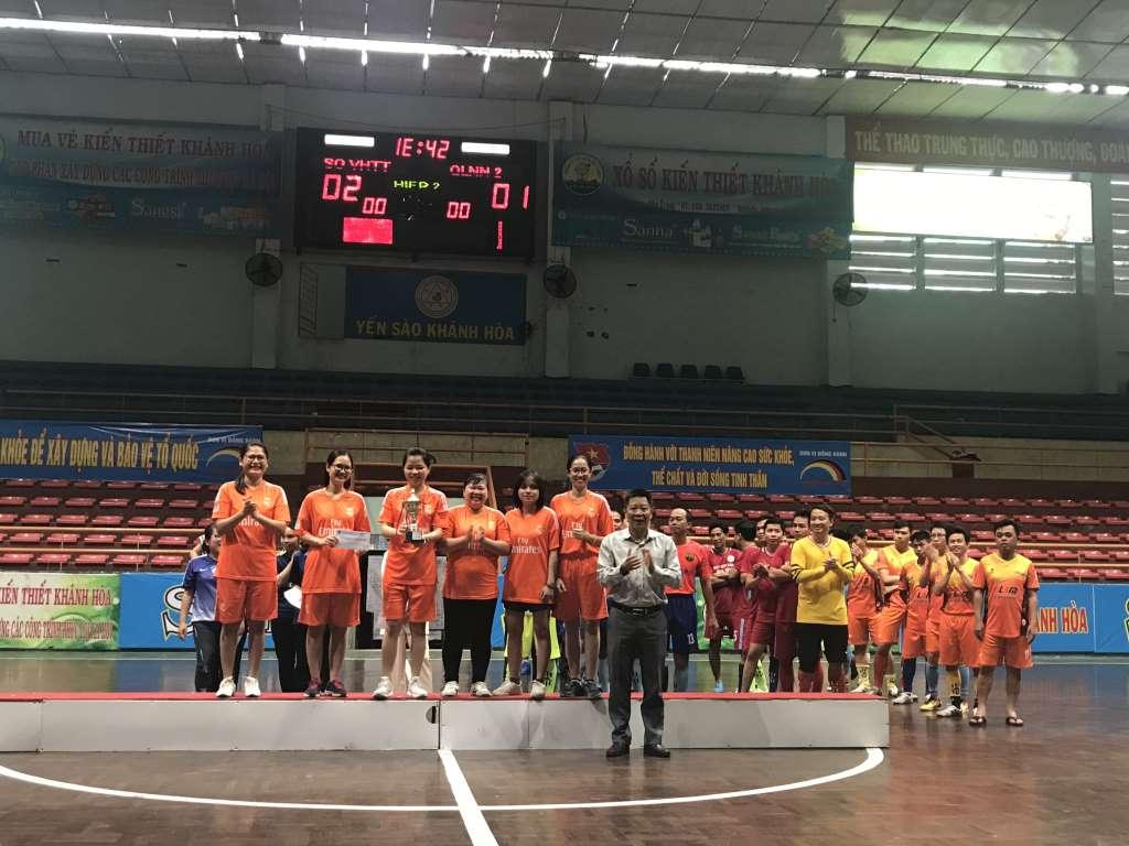 Ban Tổ chức trao Cup vô địch cho Đội cụm sự nghiệp