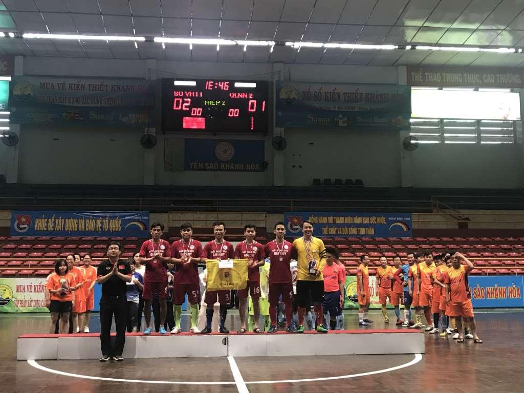 Ban Tổ chức trao cờ giải Ba cho Đội cụm nội chính