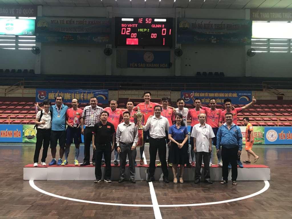 Các đ/c lãnh đạo trao Cup vô địch cho Đội Đoàn Sở Văn hóa và Thể thao Khánh Hòa